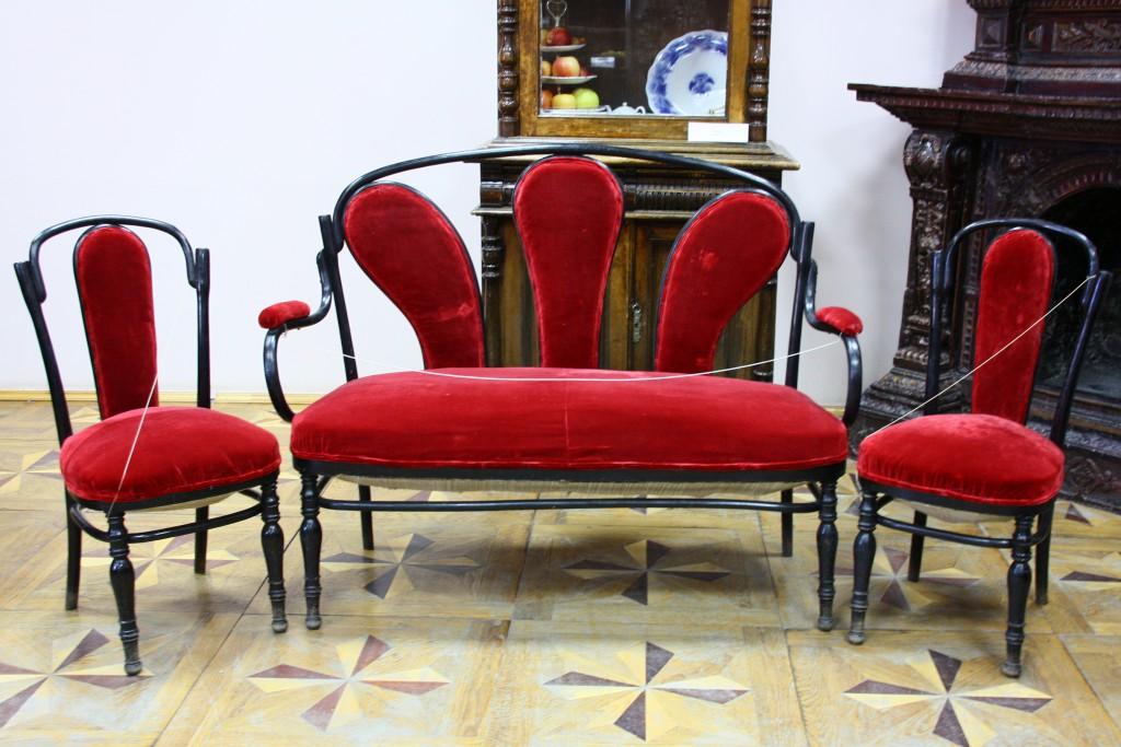 Набор мебели – диван, два стула. Нач. ХХ века.