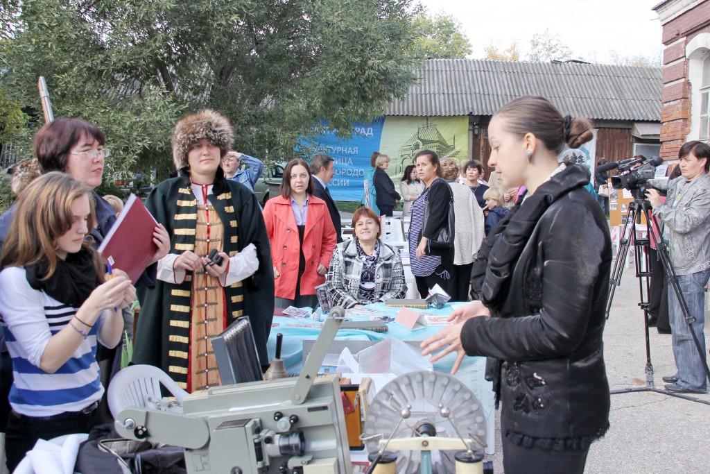 Интервью у участников фестиваля - представителей музея школы №9 берет журналист Ю.Лаптева
