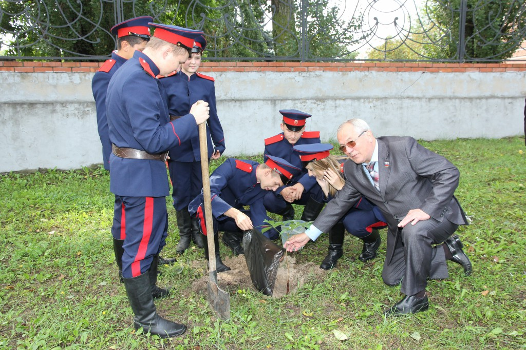 А.В.Гришин с кадетами сажает каштаны