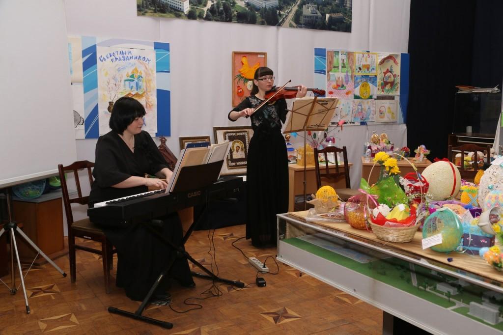 Классические пьесы на духовную тематику исполняют Ольга Малаховская (синтезатор) и Анастасия Шаронова (скрипка)